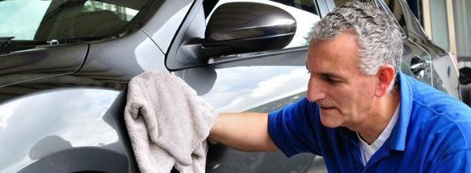 hombre limpiando un auto